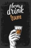 Männliche Hand, die ein Glas mit Rum hält Weinlesevektor-Stichillustration für Aufkleber, Plakat, Einladung an Partei stock abbildung