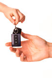 Männliche Hand, die eine Autotaste anhält und sie überreicht Stockfoto