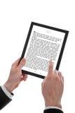 Männliche Hand, die einen Berührungsflächen-PC zeigt ein E-Buch anhält Stockfotografie