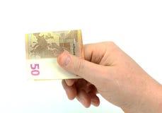 Männliche Hand, die einen 50-Euro - Schein lokalisiert auf Weiß hält Lizenzfreie Stockfotografie