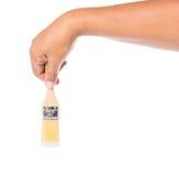 Männliche Hand, die einen Pinsel I hält lizenzfreie stockfotografie