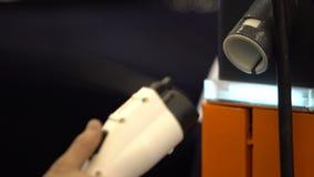 Männliche Hand, die Elektroautoladegerätstation, modernen Ortsverkehr, Service nimmt stock video footage
