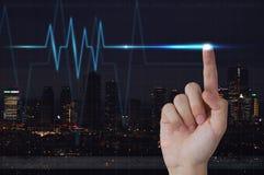 Männliche Hand, die Elektrokardiogramm auf Sichtschirm berührt stockfoto