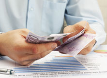 Männliche Hand, die Euro hält Stockfotos