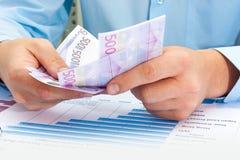 männliche Hand, die Euro hält Stockfotografie