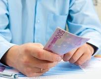 männliche Hand, die Euro hält Lizenzfreies Stockfoto