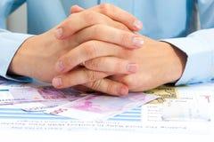 Männliche Hand, die Euro hält stockbild