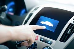 Männliche Hand, die Finger auf Autoikone auf Platte zeigt Lizenzfreie Stockbilder