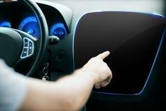 Männliche Hand, die Finger auf Monitor auf Autoplatte zeigt Stockfotos