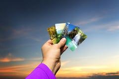 Männliche Hand, die Jahreszeitkarten hält Lizenzfreies Stockfoto