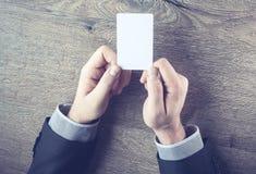 Männliche Hand, die Kreditkarte zeigt Stockbilder