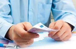 Männliche Hand, die Kreditkarte zeigt Stockfotos