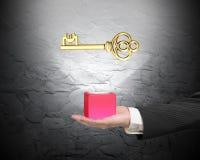 Männliche Hand, die roten Block mit goldenem Eurosymbol hält Stockbild