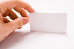 Männliche Hand, die unbelegte Visitenkarte anhält Stockfoto