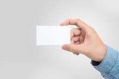 Männliche Hand, die unbelegte Visitenkarte getrennt anhält Lizenzfreies Stockfoto
