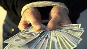 Männliche Hand gesprungen mit dem Seilholdingstapel von amerikanischen Dollarbanknoten des Geldes, Finanz-rectrictions Konzept stock video