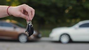 Männliche Hand mit einem Autoschlüssel