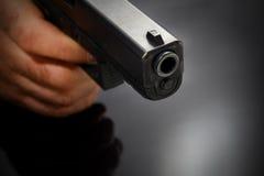 Männliche Hand mit einem Gewehr stockfotos