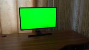 Männliche Hand mit Fernsehfernschalten-Kanälen auf einem grünen Schirm Fernsehgesichtspunkt stock footage