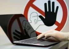 Männliche Hand mit Handschuh am Notizbuch Lizenzfreie Stockfotos