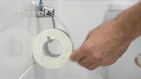 Männliche Hand reißen Toilettenpapier auseinander stock video footage