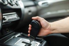 Männliche Hand schaltet Automatikgetriebe Stockfoto