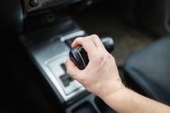 Männliche Hand schaltet Automatikgetriebe Stockbilder