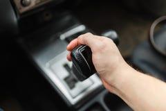 Männliche Hand schaltet Automatikgetriebenahaufnahme Stockfotografie