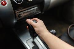 Männliche Hand schaltet Automatikgetriebenahaufnahme Lizenzfreie Stockfotografie