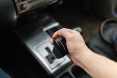Männliche Hand schaltet Automatikgetriebenahaufnahme Weicher Fokus Stockfotos
