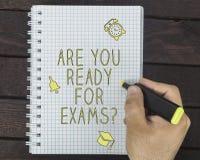 Männliche Hand schreibt sind Sie vorbereiten für Prüfungen auf einem Notizblock stockfotografie