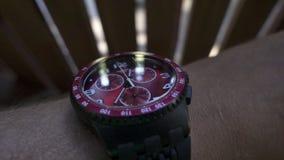 Männliche Hand und Armbanduhr, die genaue Zeit auf Multifunktionsskala und Steuerung zeigt stock video footage