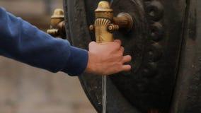Männliche Hand unter Verwendung der Wassersäule auf Stadtstraße Trinkbrunnen auf Straßenstadt stock video footage
