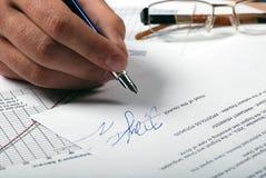 Männliche Hand, Unterzeichnung und Gläser Stockfotos
