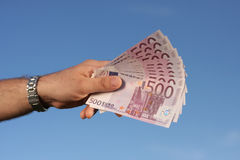 Männliche Hand voll der Eurobanknoten Lizenzfreies Stockfoto