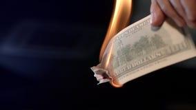 Männliche Handbrennende Dollarbanknote Brennendes Geldbargeld des Mannes Das Diagramm des Fallens einer Kinetik stock video