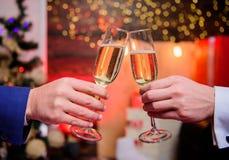 Männliche Handgesellschaftsanzuggriff-Champagnergläser Jubelt Konzept zu Unternehmensparty des neuen Jahres Party mit Champagner  lizenzfreie stockfotografie