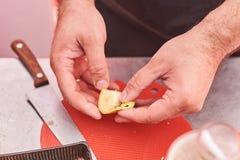 Männliche Handschale eine Banane lizenzfreie stockfotos