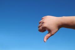Männliche Handschlechte Geste im blauen Himmel Lizenzfreie Stockfotos