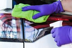 Männliche Handwischt tragendes Gummihandschuhe microfiber ab und poliert Th Lizenzfreie Stockbilder