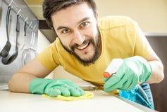 Männliche Hausmeisterreinigungsküche mit Schwamm Stockfotos