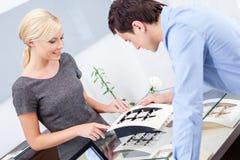Männliche Herstellungswahl des Verlobungsrings Stockfotos