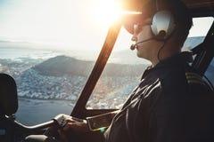 Männliche Hubschrauberpilotfliegenflugzeuge Stockfotografie