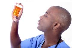 Männliche Krankenschwester und Pillen Stockbild