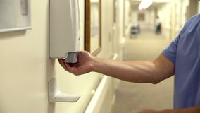 Männliche Krankenschwester Using Hand Sanitizer im Krankenhaus stock video