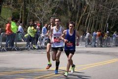Männliche Läufer läuft herauf den Leid-Hügel während des Boston-Marathons am 18. April 2016 in Boston Stockfoto