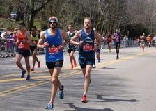 Männliche Läufer läuft herauf den Leid-Hügel während des Boston-Marathons am 18. April 2016 in Boston Stockbild