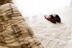 Männliche Lederschuhe Browns auf dem Boden am Schlafzimmer Lizenzfreies Stockbild