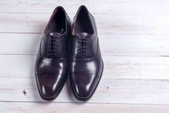 Männliche Mode mit Schuhen auf Weiß Stockbilder