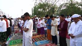 Männliche Moslems, die zusammen beten stock video